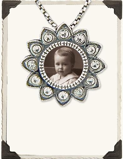 PHOTO FRAME NECKLACE