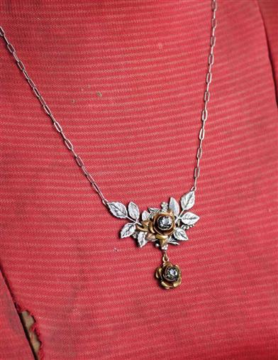 SHAKESPEAREAN ROSES NECKLACE