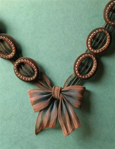 BRUNETTE BOW NECKLACE