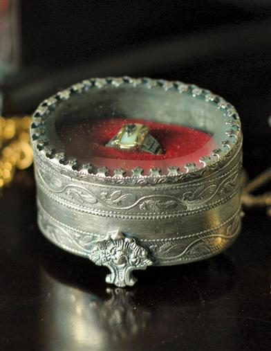 ANTIQUARIAN RING BOX