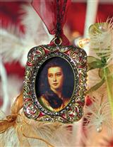 HEIRLOOM FRAME ORNAMENT BURGUNDY