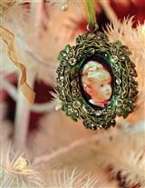 HEIRLOOM FRAME ORNAMENT GREEN