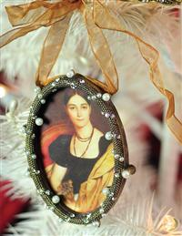 Heirloom Frame Ornament Pearl