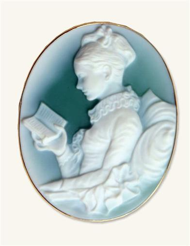 GIRL READING CAMEO PENDANT (14 KT GOLD)